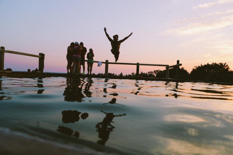 海に飛び込む学生