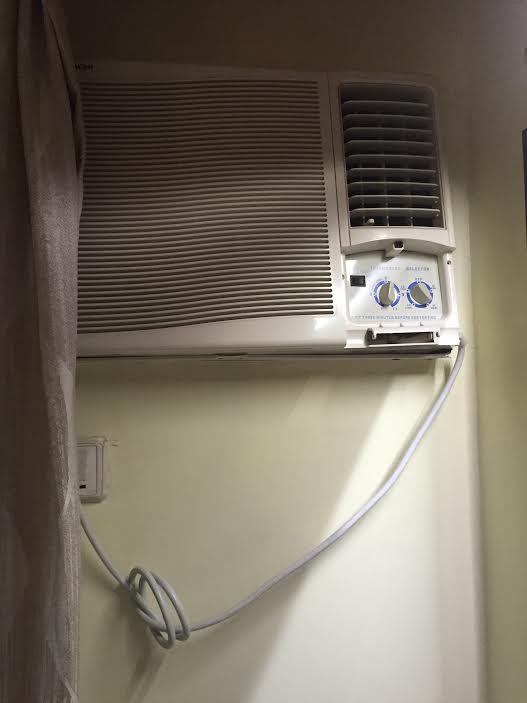 クーラーは古いですが、部屋は涼しくなります。