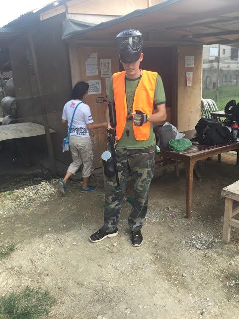 レフェリーはオレンジ色のゼッケンを着ます。初参加の人がいる場合、一から丁寧にルールや銃の使い方。禁止事項を説明してくれます。