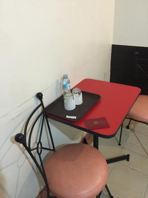 椅子とテーブル、ミネラルウォーターもあります。