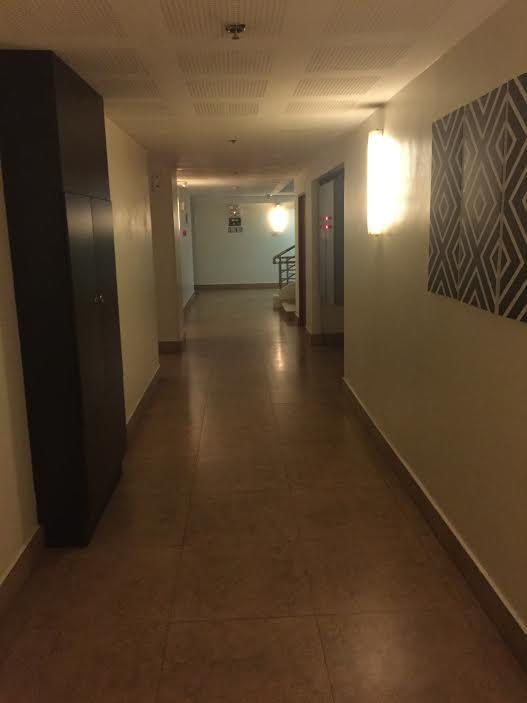 廊下を歩いて部屋に向かいます。