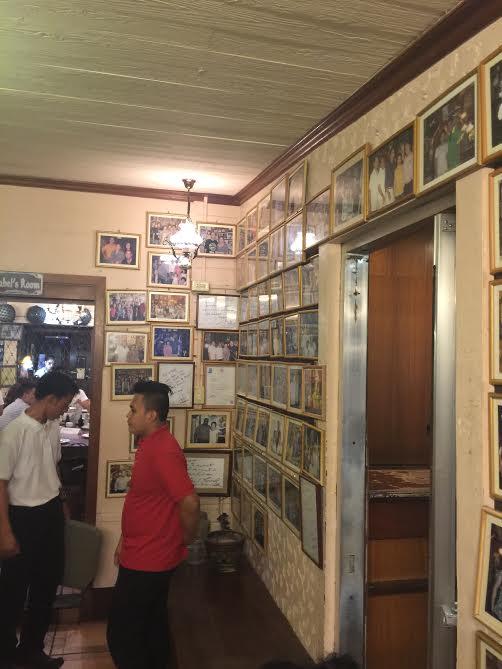 入り口を入って右側の壁にはフィリピンの有名人、政治家と女性オーナーの写真がズラっと飾られています。