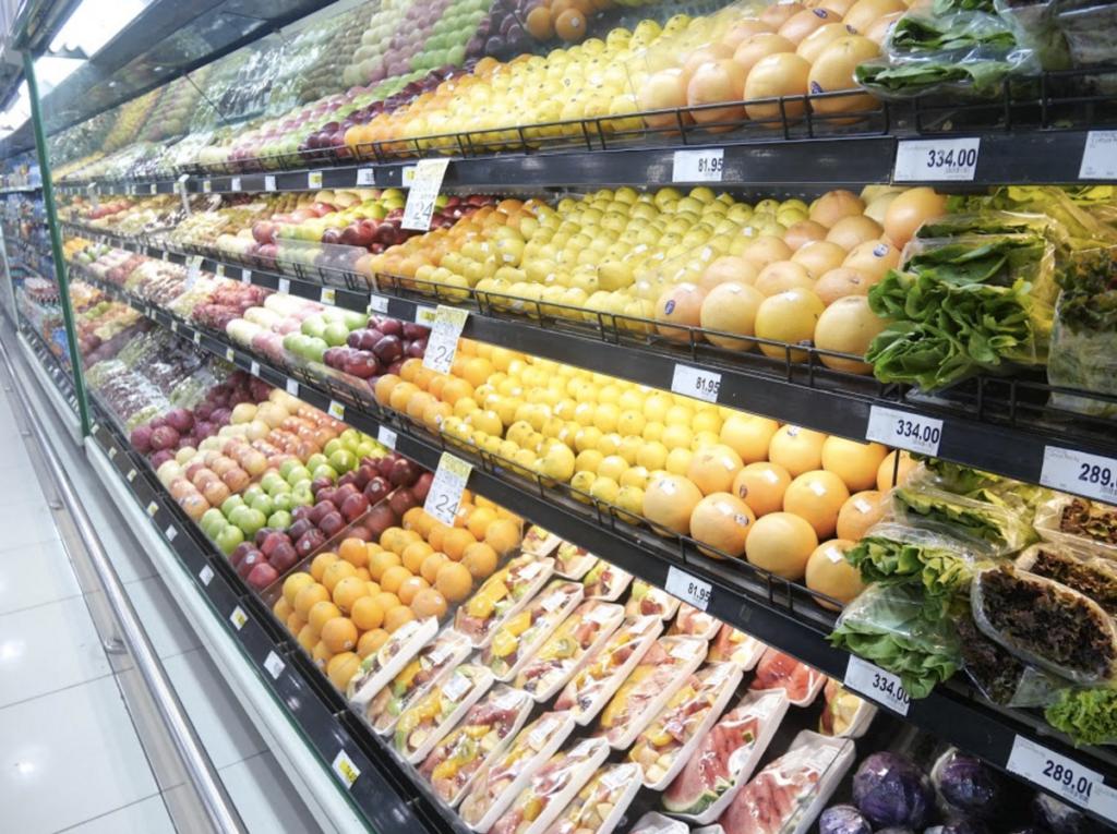 近くのスーパーでは野菜もフルーツも安く買えます。