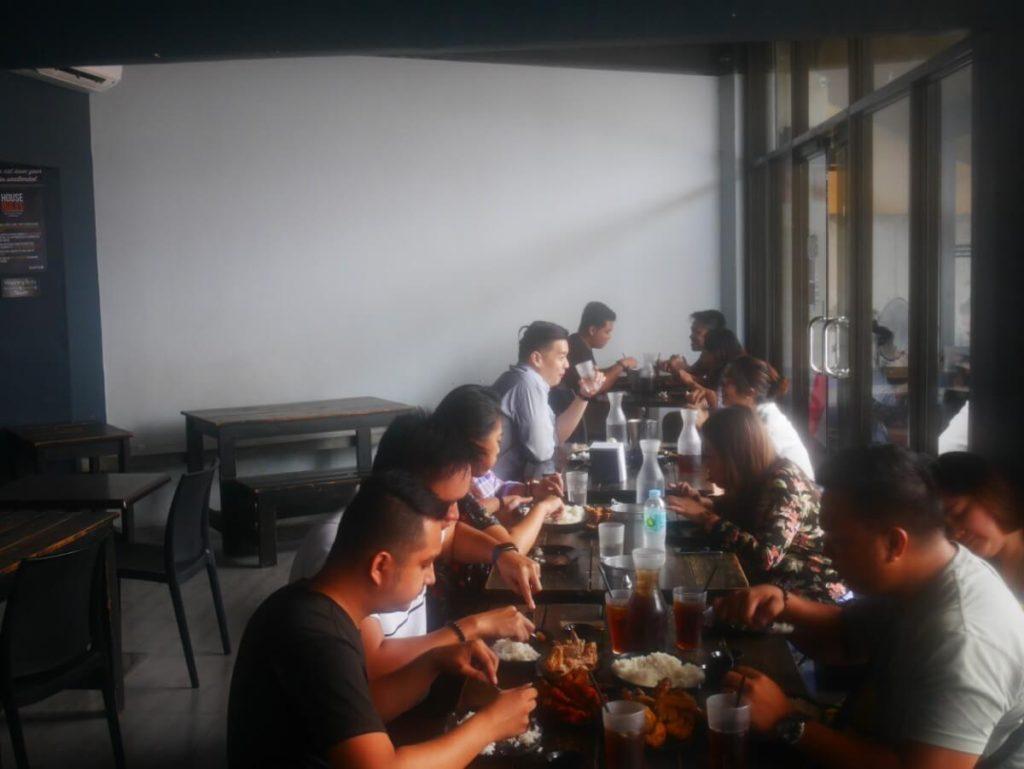 チキン食べ放題でご飯をむさぼるフィリピン人