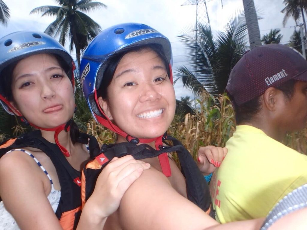 フィリピンお決まりバイクタクシーで3人乗り