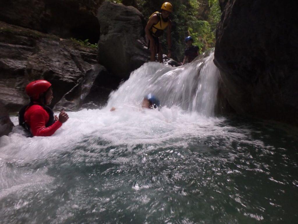 小さい滝に流れる