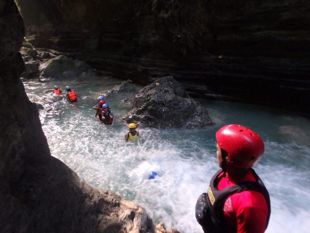 滝へ飛びこむ