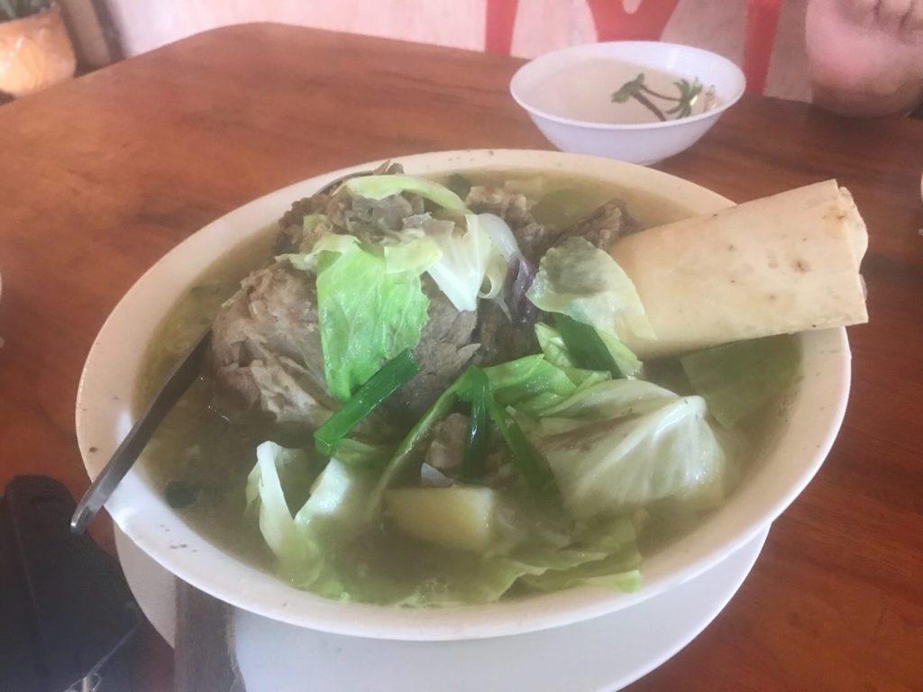 でっかい骨付きの牛肉が入っている野菜スープ!POCHERO!420ペソ!