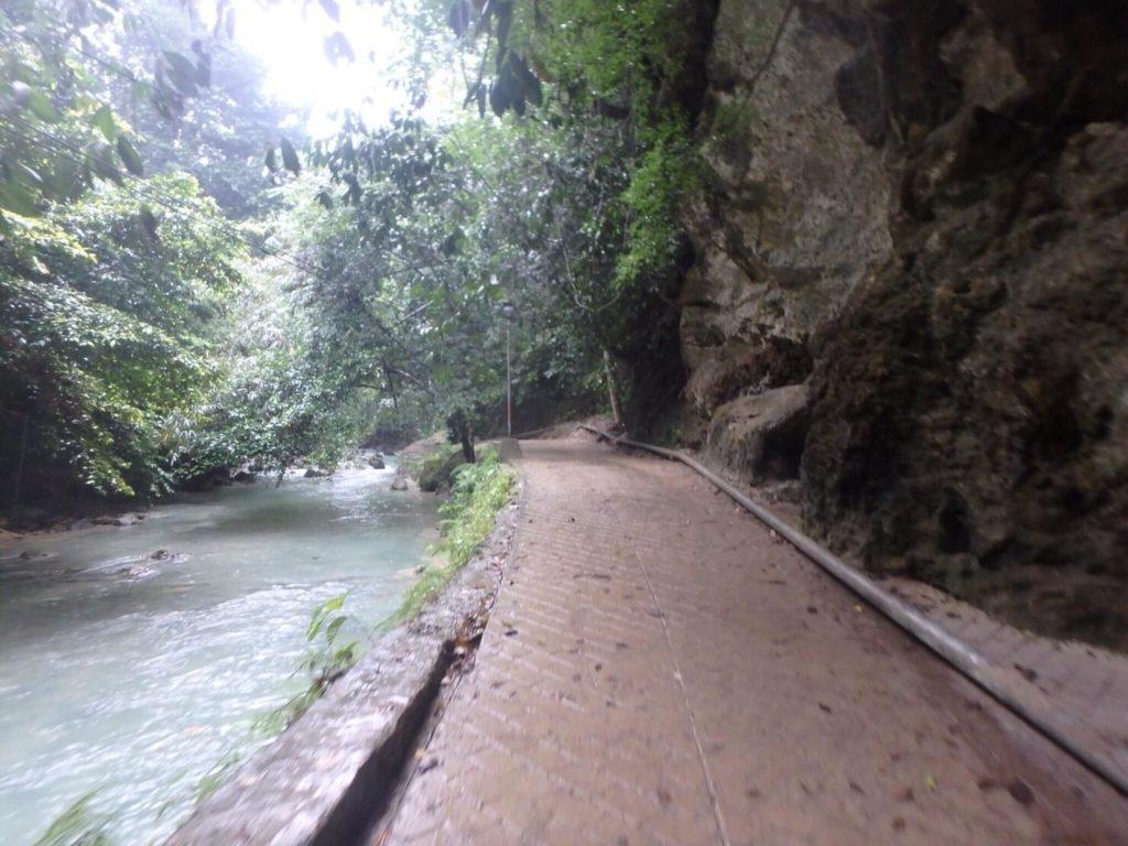 カオサン滝への道のり