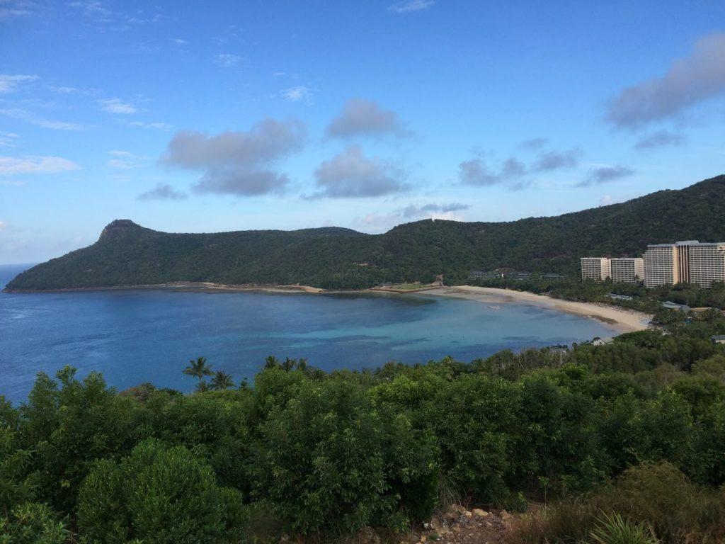 丘の上から見下ろすハミルトン島
